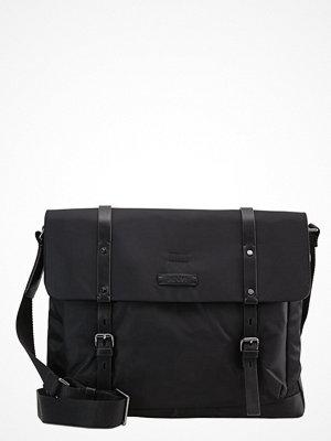 Väskor & bags - Joop! KIMON FLAP BAG H LARGE Axelremsväska black