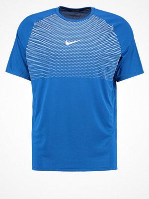 Sportkläder - Nike Performance CORE CITY Tshirt med tryck industrial blue/white/reflective silver