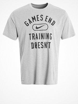Sportkläder - Nike Performance LEGEND GAMES END Tshirt med tryck dark grey heather/white