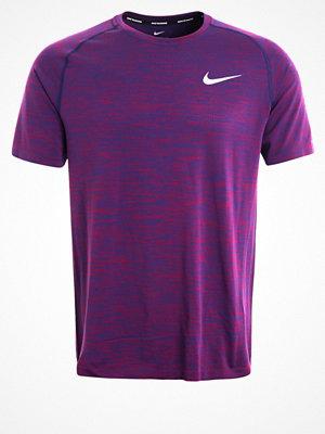 Sportkläder - Nike Performance Tshirt med tryck binary blue/true berry/reflective silver