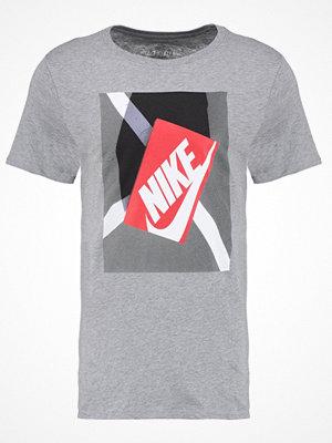 T-shirts - Nike Sportswear SHOEBOX Tshirt med tryck dark grey/heather