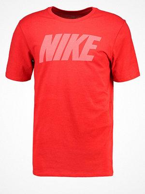 Sportkläder - Nike Performance Tshirt med tryck track red/white