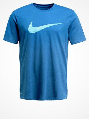Sportkläder - Nike Performance SWOOSH Tshirt med tryck industrial blue/black