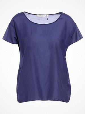 And Less QUARTZ Tshirt med tryck blue ribben
