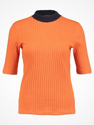 KIOMI Tshirt med tryck orange