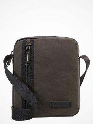Väskor & bags - Calvin Klein ADAM Axelremsväska black olive