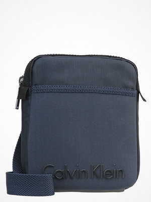 Väskor & bags - Calvin Klein ALEC Axelremsväska ombre blue