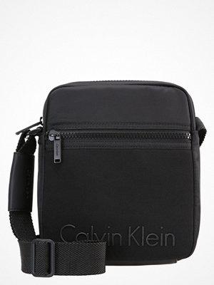 Väskor & bags - Calvin Klein ALEC Axelremsväska black