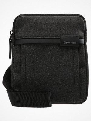 Väskor & bags - Calvin Klein NEIL FLAT Axelremsväska black