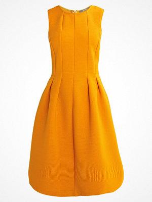 KIOMI Jerseyklänning yellow