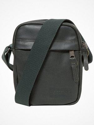 Väskor & bags - Eastpak THE ONE Axelremsväska green leather