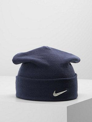 Mössor - Nike Sportswear SWOOSH BEANIE Mössa obsidian/metallic silver