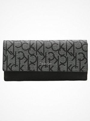 Plånböcker - Calvin Klein MARISSA Plånbok granite monogram