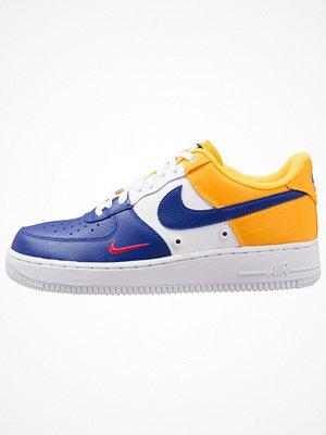 Sneakers & streetskor - Nike Sportswear AIR FORCE 1 '07 LV8 Sneakers deep royal blue/university gold/university red/white