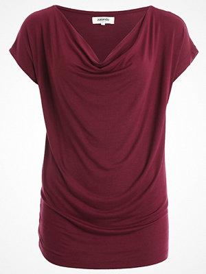 Zalando Essentials WATERFALL NECKLINE Tshirt med tryck bordeaux