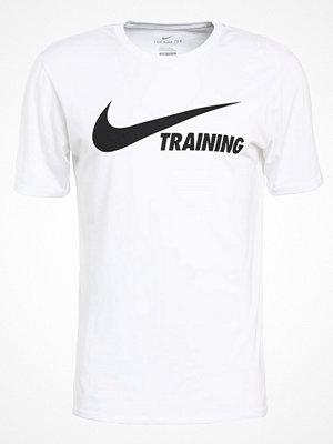 Sportkläder - Nike Performance TRAINING SWOOSH Tshirt med tryck white/white/black