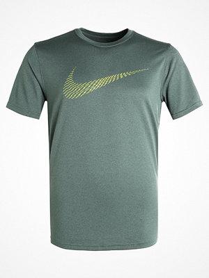 Sportkläder - Nike Performance DRY LEGEND SWOOSH DASH Tshirt med tryck vintage green/volt