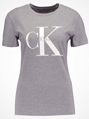 Calvin Klein Jeans SHRUNKEN TEE TRUE IC Tshirt med tryck mid grey heather