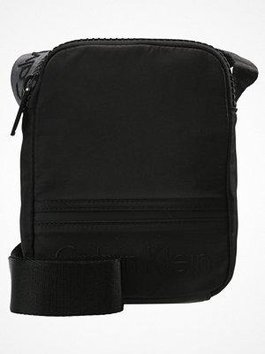 Väskor & bags - Calvin Klein Axelremsväska black