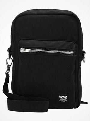 Väskor & bags - Wood Wood Axelremsväska black