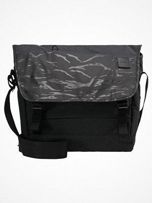 Väskor & bags - Incase COMPASS MESSENGER Axelremsväska black camo