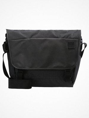 Väskor & bags - Incase COMPASS MESSENGER Axelremsväska black