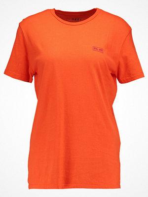 Obey Clothing NO ONE Tshirt med tryck poppy