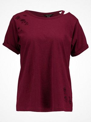 New Look SLASH NECK NIBBLED Tshirt med tryck burgundy