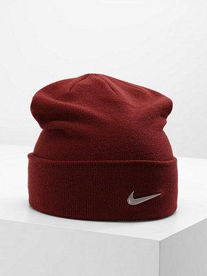 Mössor - Nike Sportswear SWOOSH BEANIE Mössa dark team red/metallic silver