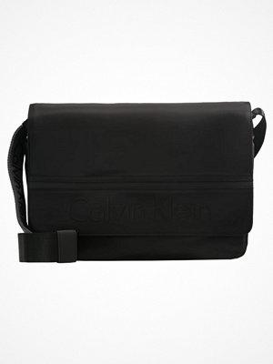 Väskor & bags - Calvin Klein MATTHEW MESSENGER Axelremsväska black