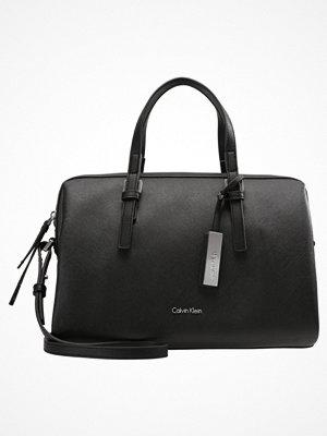 Handväskor - Calvin Klein MARISSA DUFFLE Handväska black
