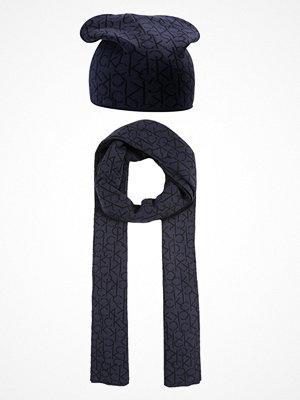 Calvin Klein POWER LOGO GIFTSET Halsduk ombre blue