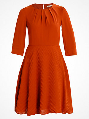 mint&berry ROUND COLLAR DRESS 3/4 SLEEVES WITH DIAGONAL PLEATED SKIRT Sommarklänning  ginger bread
