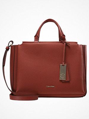 Calvin Klein CARRIE Handväska henna/chrome