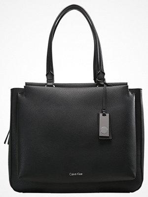 Calvin Klein svart shopper CARRIE  Shoppingväska black