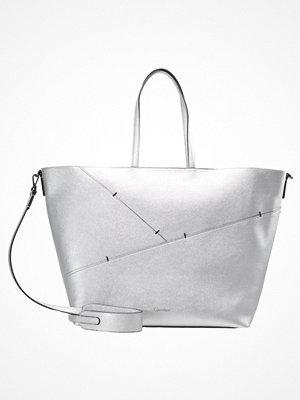 Calvin Klein vit shopper LUNA Shoppingväska silver