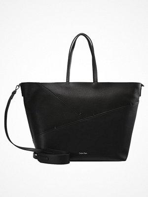 Calvin Klein svart shopper LUNA Shoppingväska black