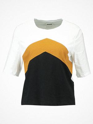Noisy May NMLALA  Tshirt med tryck black/bright white/cathay spice
