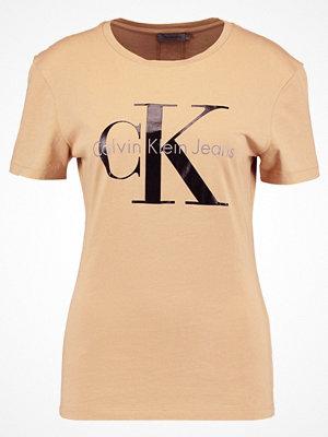 Calvin Klein Jeans SHRUNKEN TEE TRUE IC Tshirt med tryck tannin