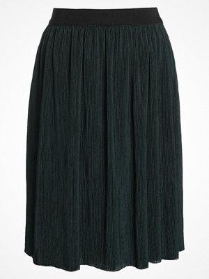 Vero Moda VMMILA Skirt Veckad kjol dark green