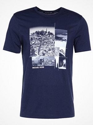 T-shirts - Michael Kors DASH COLLAGE GRAPHIC Tshirt med tryck midnight