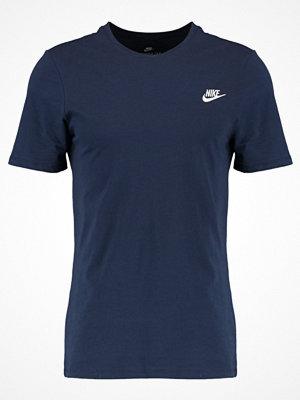 T-shirts - Nike Sportswear CLUB EMBROIDERY  Tshirt bas obsidian/white