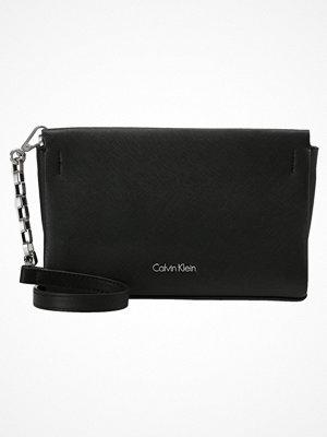 Calvin Klein Kuvertväska black svart