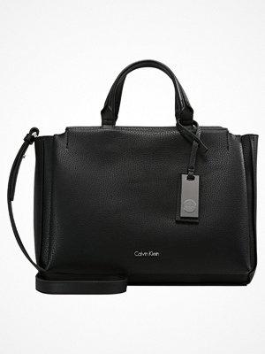 Handväskor - Calvin Klein CARRIE DUFFLE Handväska black/gun metal