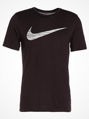 Nike Performance SWOOSH Tshirt med tryck port wine