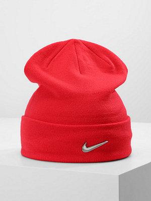 Mössor - Nike Sportswear SWOOSH BEANIE Mössa university red/metallic silver