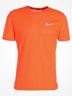 Sportkläder - Nike Performance BREATHE TAILWIND CITY Tshirt med tryck hyper crimson/hyper crimson/reflective silver