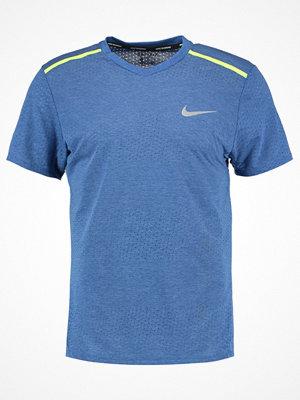 Sportkläder - Nike Performance BREATHE TAILWIND CITY Tshirt med tryck blue/neon yellow