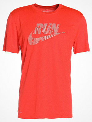 Sportkläder - Nike Performance Tshirt med tryck hyper crimson/silver