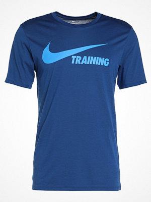 Sportkläder - Nike Performance WOOSH Tshirt med tryck gym blue/gym blue/light photo blue